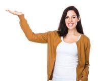 Jeune femme avec la main montrant le signe vide Photos libres de droits