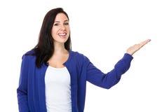 Jeune femme avec la main montrant le signe vide Image libre de droits