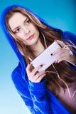 Jeune femme avec la musique de écoute de téléphone intelligent Photo libre de droits