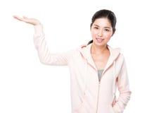 Jeune femme avec la paume ouverte de main photo libre de droits