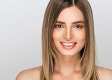 Jeune femme avec la peau de beauté et coiffure de beauté au-dessus de dos gris image libre de droits