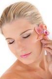 Jeune femme avec la peau et la fleur saines Photographie stock