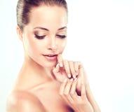 Jeune femme avec la peau fraîche propre cosmétologie images stock