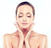 Jeune femme avec la peau fraîche propre cosmétologie images libres de droits