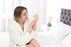Jeune femme avec la peau lisse parfaite dans la chambre à coucher photo libre de droits