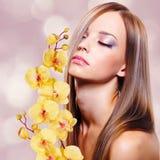 Jeune femme avec la peau propre saine du visage Image stock