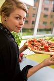 Jeune femme avec la pizza fraîche Photographie stock libre de droits