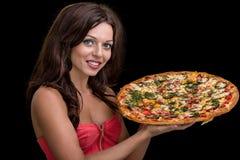 Jeune femme avec la pizza sur le fond noir photographie stock libre de droits