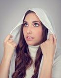 Jeune femme avec la prière de hoodie photographie stock