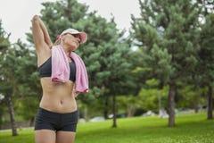 Jeune femme avec la serviette après activité de sports photos stock