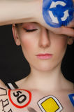 Jeune femme avec la signalisation sur son corps Photos stock