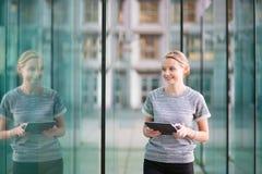 Jeune femme avec la tablette Image libre de droits