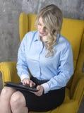 Jeune femme avec la tablette Photos libres de droits