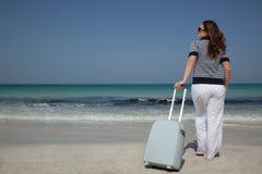 Jeune femme avec la valise sur la plage Images libres de droits
