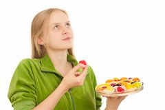 Jeune femme avec la variété de fruits et photo stock