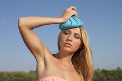 Jeune femme avec la vessie de glace en été Images libres de droits