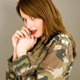 Jeune femme avec la veste ouverte semblant choqu?e et ?tonn?e photographie stock