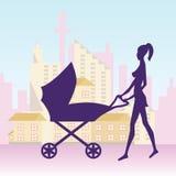 Jeune femme avec la voiture d'enfant dans la ville Photos stock