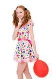 Jeune femme avec le ballon rouge d'isolement Image stock