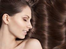Jeune femme avec le beau cheveu Photographie stock libre de droits