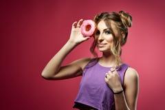 Jeune femme avec le beignet Photos stock
