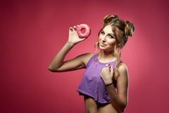 Jeune femme avec le beignet Photographie stock
