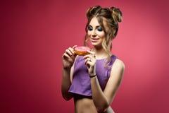 Jeune femme avec le beignet Photo libre de droits