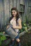 Jeune femme avec le bidon d'arrosage Images libres de droits