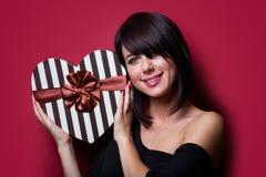 Jeune femme avec le cadeau Photo stock