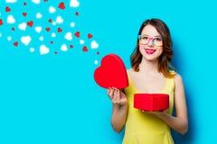 Jeune femme avec le cadeau et les coeurs abstraits Images libres de droits