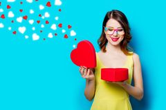 Jeune femme avec le cadeau et les coeurs abstraits Photo stock