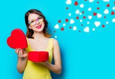 Jeune femme avec le cadeau et les coeurs abstraits Photos stock