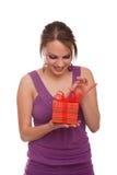 Jeune femme avec le cadre de cadeau Photographie stock libre de droits
