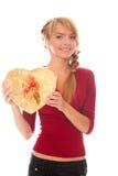 Jeune femme avec le cadre de cadeau d'or comme coeur à disposition Photo libre de droits