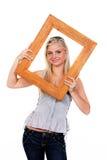 Jeune femme avec le cadre de tableau autour du visage photographie stock