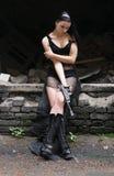 Jeune femme avec le canon dans les grandes gaines photographie stock