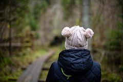 jeune femme avec le chapeau appréciant la nature en automne Image libre de droits