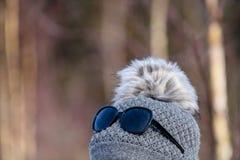 jeune femme avec le chapeau appréciant la nature en automne Photos stock