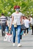 Jeune femme avec le chapeau de bouche sur la rue, Pékin, Chine Photographie stock libre de droits