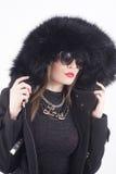 Jeune femme avec le chapeau de fourrure Photographie stock libre de droits