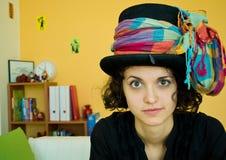 Jeune femme avec le chapeau drôle Images libres de droits