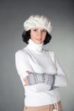 Jeune femme avec le chapeau et les gants Photographie stock