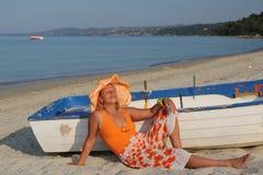 Jeune femme avec le chapeau orange Photographie stock libre de droits