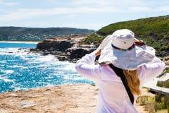 Jeune femme avec le chapeau regardant loin Images libres de droits