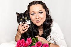 Jeune femme avec le chat d'animal familier Photo libre de droits