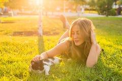 Jeune femme avec le chat dehors Image libre de droits