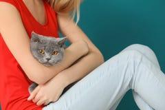 Jeune femme avec le chat mignon d'animal familier Image libre de droits