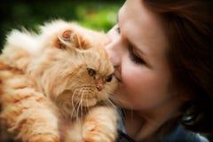 Jeune femme avec le chat persan Photographie stock libre de droits