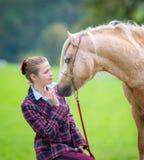 Jeune femme avec le cheval image libre de droits