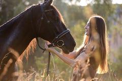 Jeune femme avec le cheval Photographie stock libre de droits